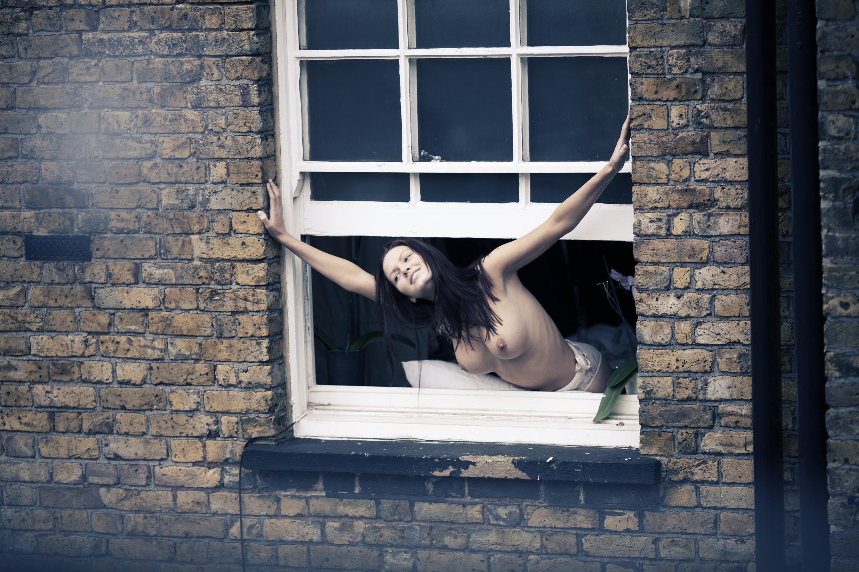 Эротика в окне 7 фотография