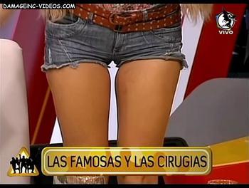 Andrea Estevez en shorts de jeans