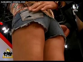 El orto de Andrea Estevez en shorts para Animales Sueltos