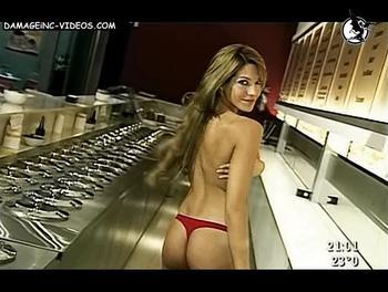 Semi desnuda en tanga roja