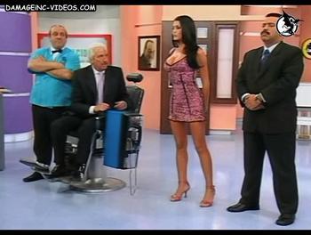 Pamela en minifalda